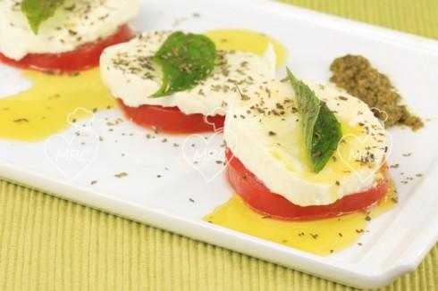 ensalada de tomate y mozadela con aceite de albahaca