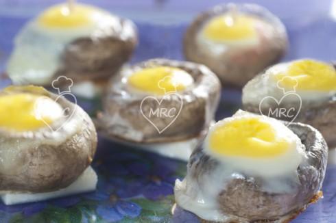 champiñon relleno con huevo de codorniz
