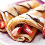 Crepes de frutas con nata y chocolate