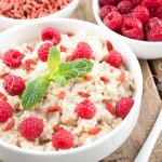 Desayuno saludable de gachas o porridge de avena, frambuesa y goji
