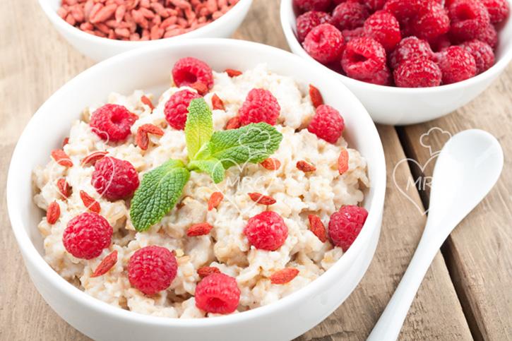 desayuno saludable de gachas deavena con fambruesa, goji y menta