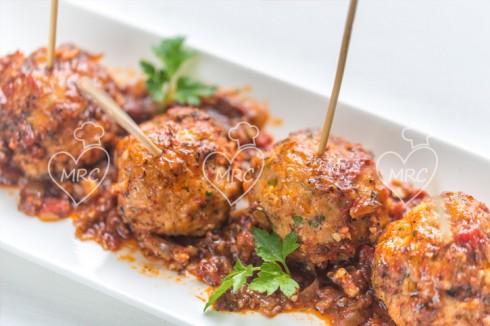 Pinchos de albondigas con salsa turca for Cocinar con robot