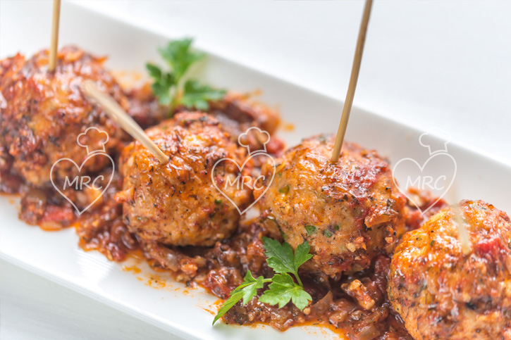 pinchos de albondigas con salsa turca