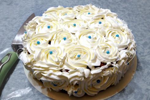 Biscocho o tarta cumpleaños o tarta de aniversario con decoracion de rosas