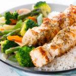 Brochetas de pollo con verduras y arroz basmati
