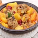 Caldereta de cordero con patatas y verduras al vapor