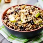 Ensalada de quinoa, manzana con berenjena y arándanos secos
