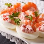 Huevos rellenos con gambas
