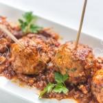 Pincho de albóndigas con salsa turca o kofta